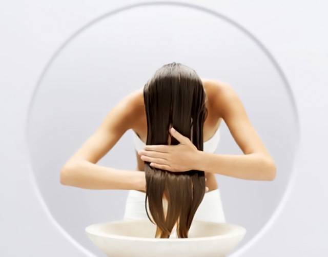 mujer lavandose el pelo