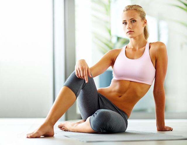 mujer sentada con equipo deportivo