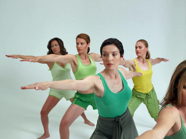 mujeres haciendo ejercicios de yoga