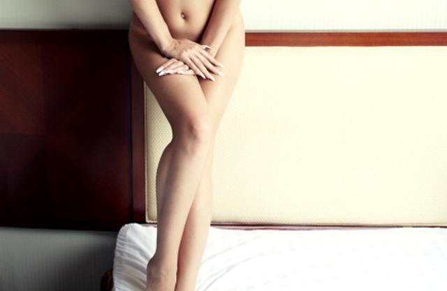 mujer posando desnuda
