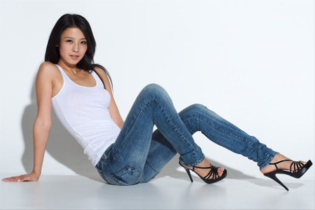 mujer sentada con jeans