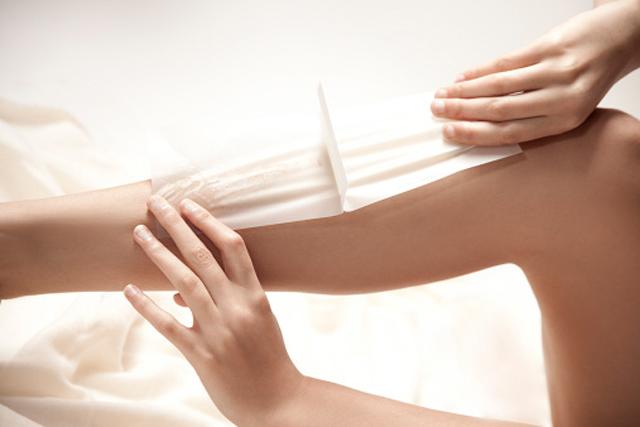 Mujer depilándose las piernas
