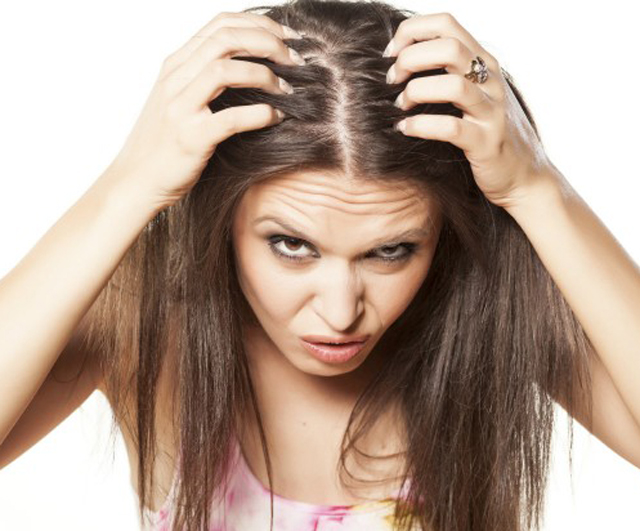El medio para la reconstitución de los cabello a las mujeres