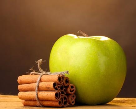 Ramas de canela y manzana