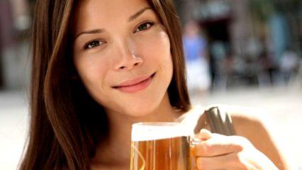 Mujer con cerveza