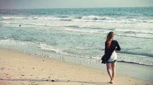 Beneficios saludables de caminar descalzo en verano
