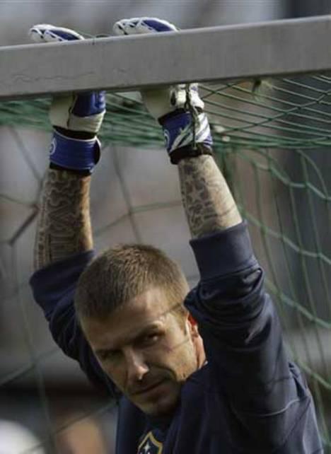 Beckham jugando con sus tatuajes